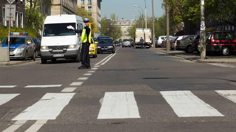 Skrzyżowania lub przejścia dla pieszych z kierujących ruchem, miejsca przystanków komunikacji publicznej